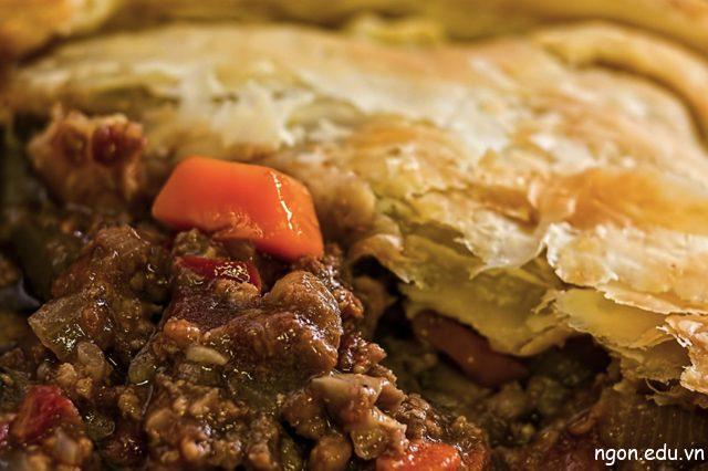 Bánh nhân thịt là một món ăn mang tính biểu tượng ở New Zealand, đặc biệt là với các giải bóng bầu dục và bóng đá